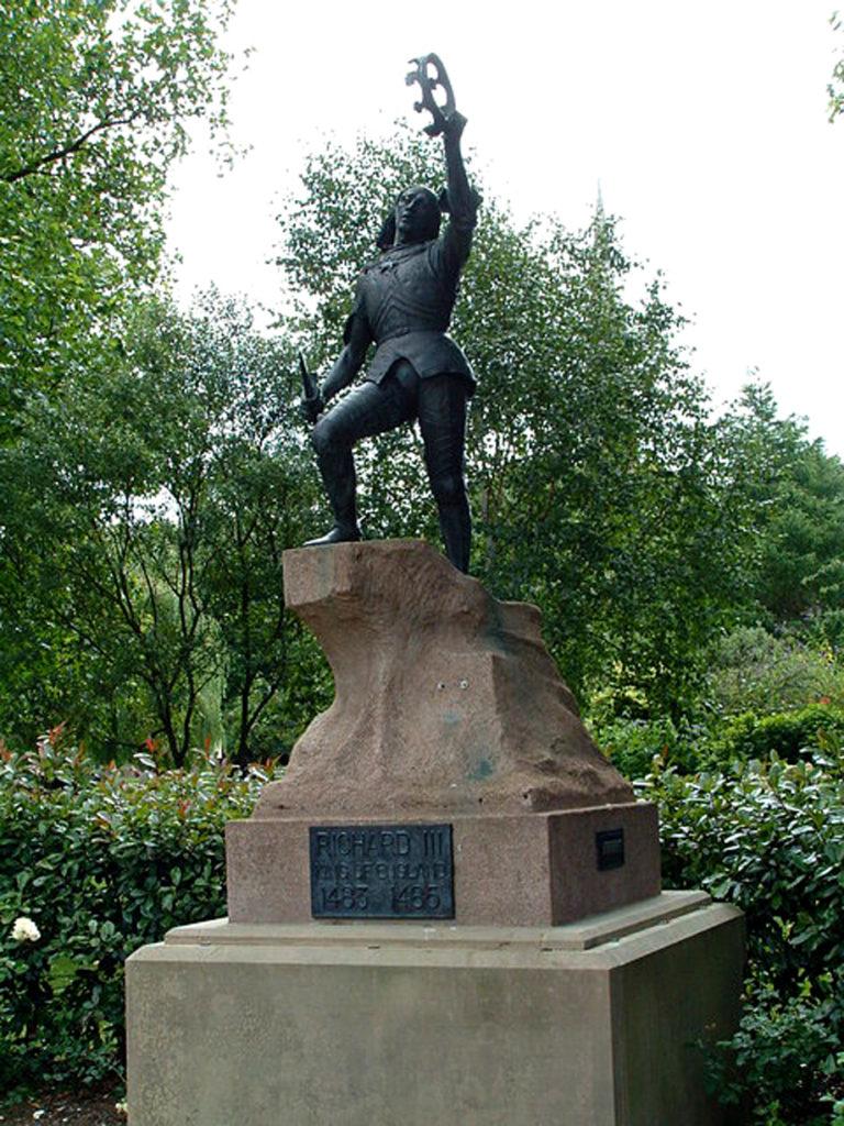 Pomnik króla Ryszarda III przy katedrze wLeicester. ©Wikimedia Commons, geograph.org.uk, David Mastin