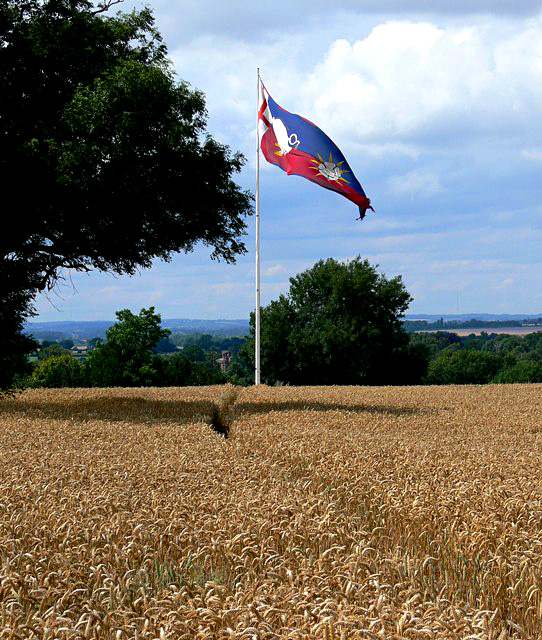 Flaga zsymbolami Ryszarda III powiewająca naAmbien Hill. ©Wikimedia Commons, geograph.org.uk, Mat Fascione.
