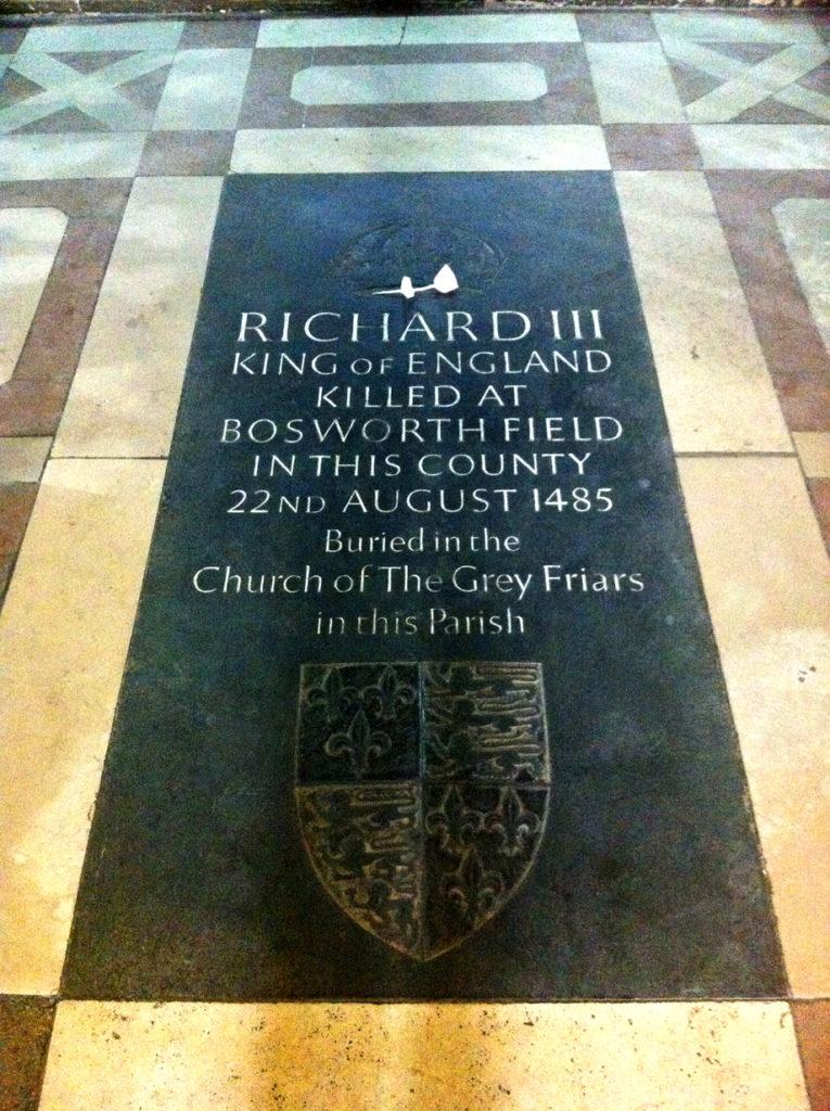 Płyta upamiętniająca Ryszarda III wkatedrze wLeicester. ©Wikimedia Commons, Andrewrabbott