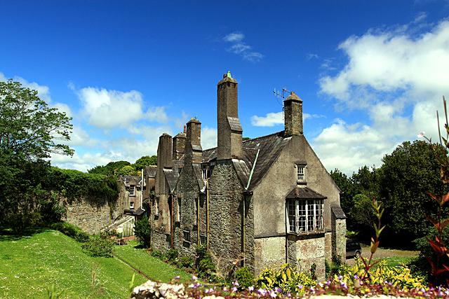Myrtle Grove wYoughal jest rzadkim przykładem domu Tudorowskiego zczasów późnego średniowiecza. Przebywał wnim Walter Raleigh wczasie swojego pobytu wIrlandii. ©Wikimedia Commons, geograph.org.uk, Mike Searle