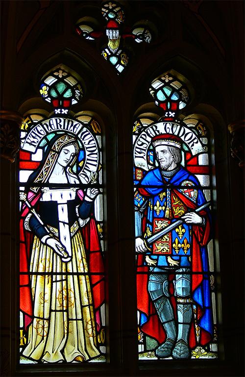 Witraż przedstawiający Jaspera Tudora jako dojrzałego człowieka orazjego żonę Katarzynę Woodville. ©Wikimedia Commons.