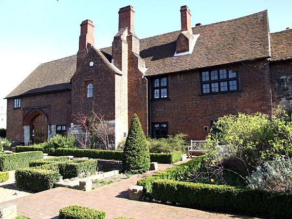 Posiadłość króla Henryka VIII wDatford. Swego czasu pełniła rolę luksusowego domu dla dominikanek, jednak później została przekazana Annie Kliwijskiej pounieważnieniu jej ślubu zHenrykiem. ©Wikimedia Commons, Clem Rutter, Rochester Kent.