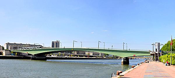 Pont Jeanne-d'Arc (Most Joanny d'Arc) wRouen, powstały wlatach 1953–1956 namiejscu poprzedniego Pont Mathilde, zktórego, jak głosi legenda, prochy Joanny zostały wrzucone doSekwany. ©Wikimedia Commons, Philippe Ales.