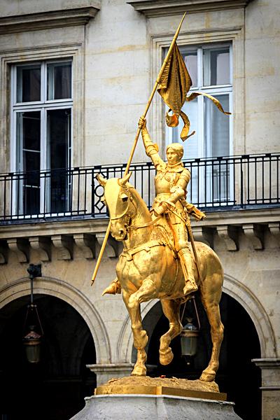 Konny pomnik Joanny d'Arc wParyżu. ©Shutterstock.com, S1001.