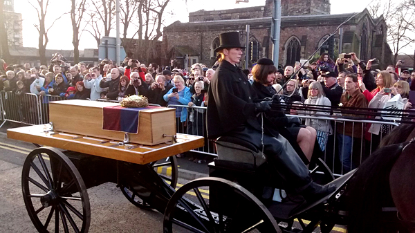 Trumna zeszczątkami Ryszarda III podczas uroczystości ponownego pochówku monarchy. ©Wikimedia Commons, Kris1973.