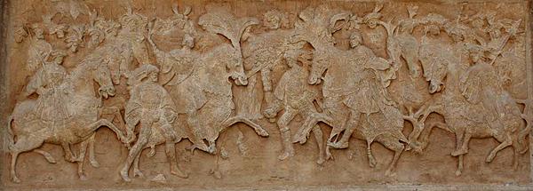 Płaskorzeźba ukazująca królów Anglii iFrancji naPolu Złotogłowia itowarzyszące im rycerstwo. ©Wikimedia Commons, Pierre-Yves Beaudouin.
