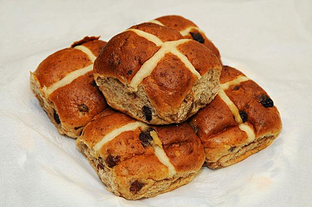 Hot Cross Buns – drożdżowe bułeczki zkrzyżykiem. ©Wikimedia Commons.