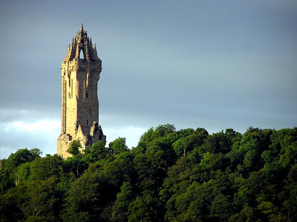 Wallace Monument – wieża upamietniająca narodowego bohatera Szkocji, nawzgórzu Abbey Craig, nieopodal Stirling. ©Wikimedia Commons, Finlay McWalter.