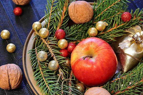 W czasach Tudorów obdarowywano się prezentami. Czasem były toupominki skromne ipraktyczne, wtym np.orzechy czyowoce. ©Pixabay.com, Romi.